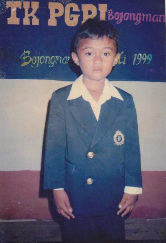 Foto ini diambil sewaktu pelulusan TK PGRI Tahun 1999. Waktu itu kurang lebih masih berumur 5 tahun.